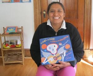 Felicitas con un libro bilingüe